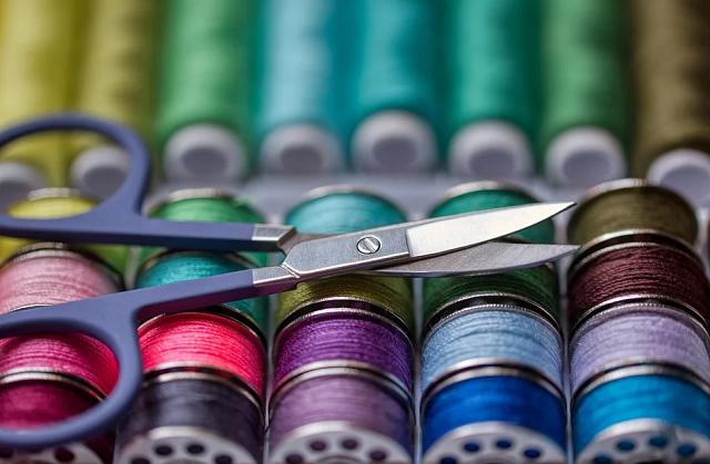 De fil en aiguille: les unes tricotent, les autres cousent